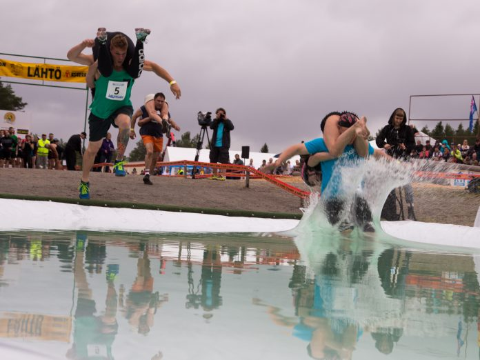 Teams entering pool in wife carrying World Championships