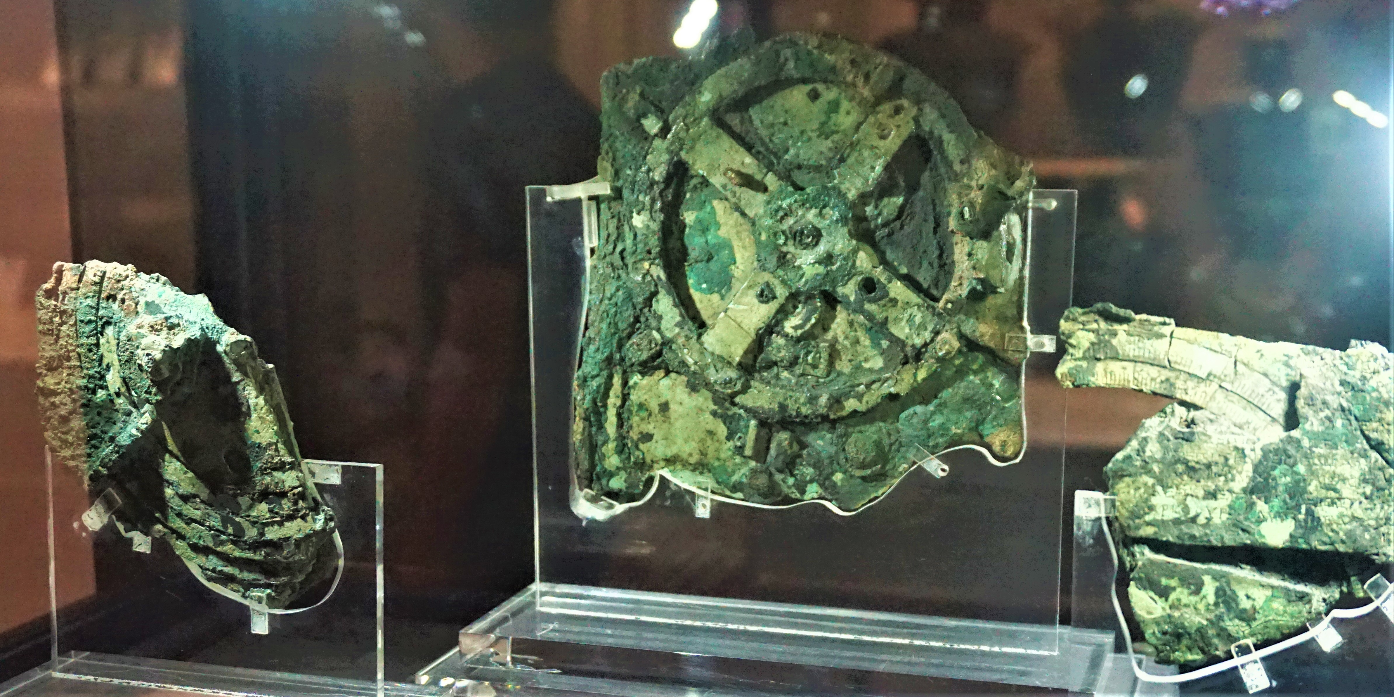https://itotd.com/files/2019/02/Antikythera_Mechanism_-_National_Archaeological_Museum_Athens_by_Joy_of_Museum.jpg